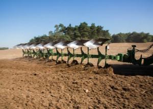 Техника Джон Дир для первичной обработки почвы